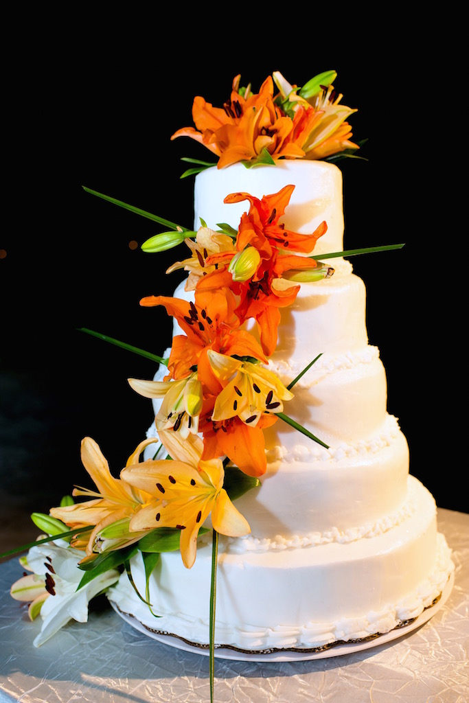 tropical-cake-flowers-beach-wedding